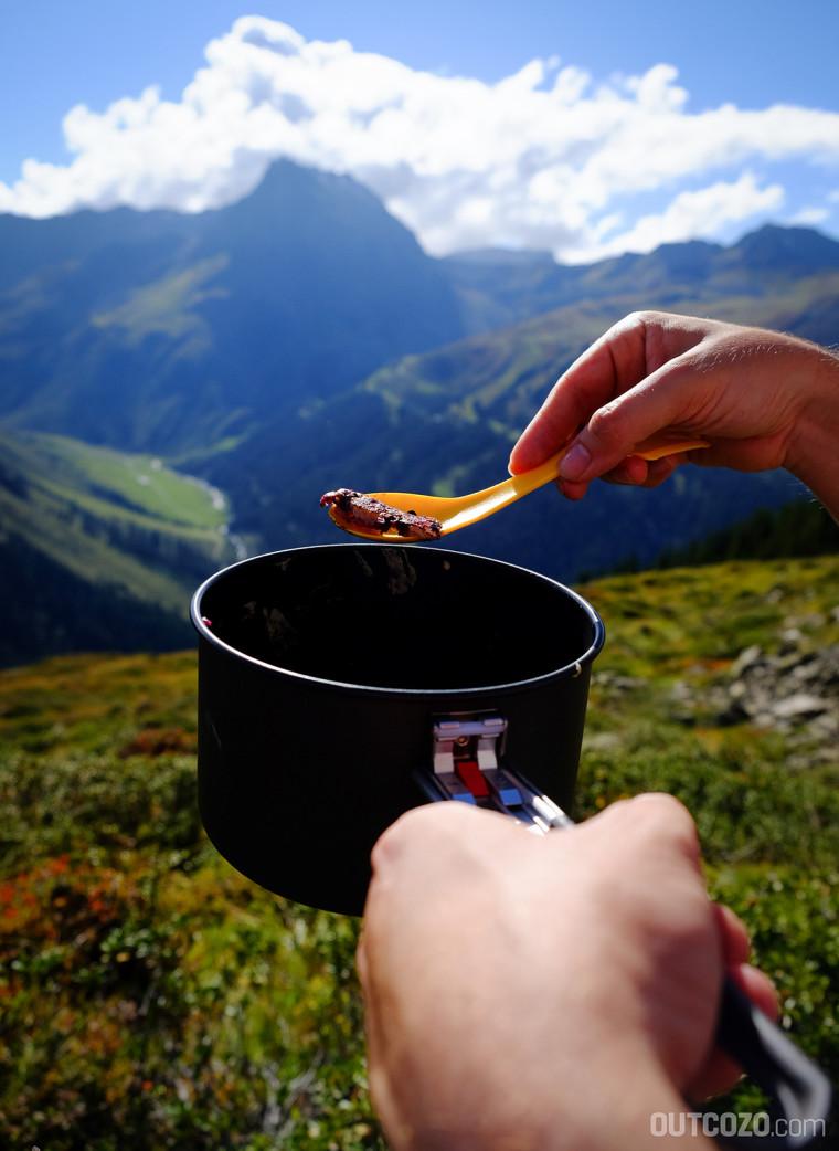 heidelbeer-pancakes mit ausblick auf die berge