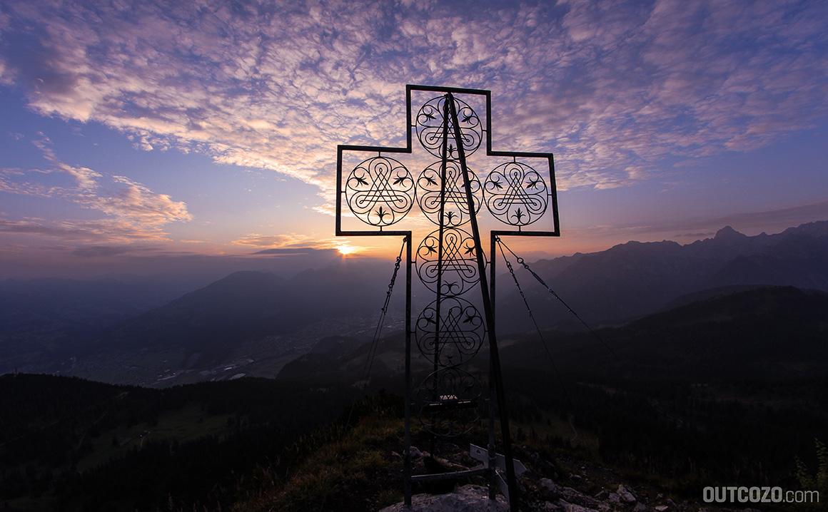 Der Gipfel der Mondspitze mit Gipfelkreuz bei Sonnenaufgang