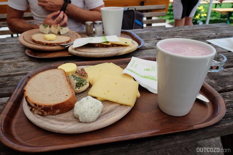 Käseplatte und Heidelbeer-Milchshake auf der Alpe Rona in der Tschengla