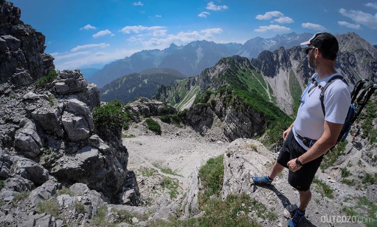 Trailrunner in Startposition mit Ausblick auf Tälisteig und Brandertal
