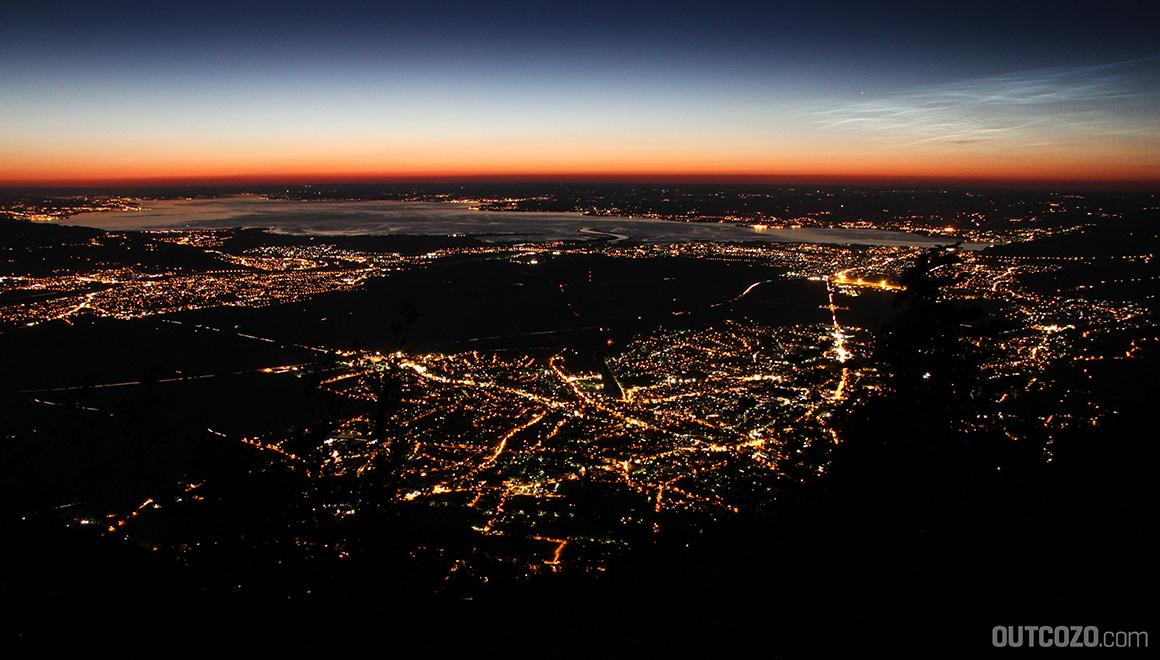 Bodensee und Rheintal bei Nacht von oben gesehen.