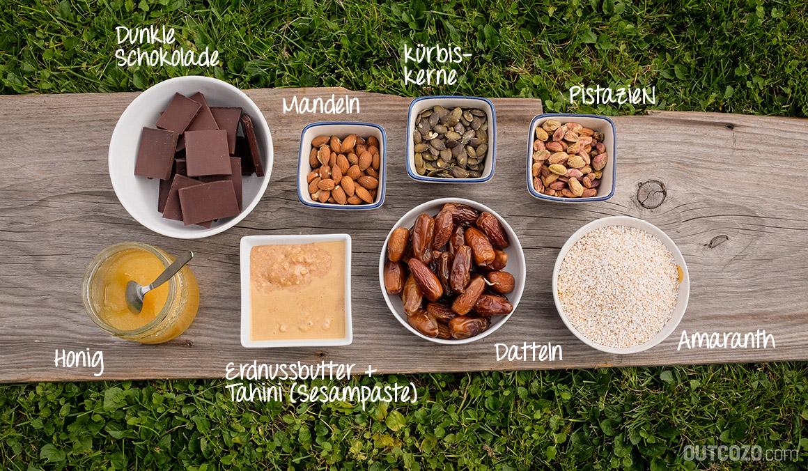Zutaten Energieriegel: Datteln, gepuffter Amaranth, Erdnussbutter, Tahini/Sesampaste, Honig, Mandeln, Kürbiskerne, Pistazien und dunkle Schokolade