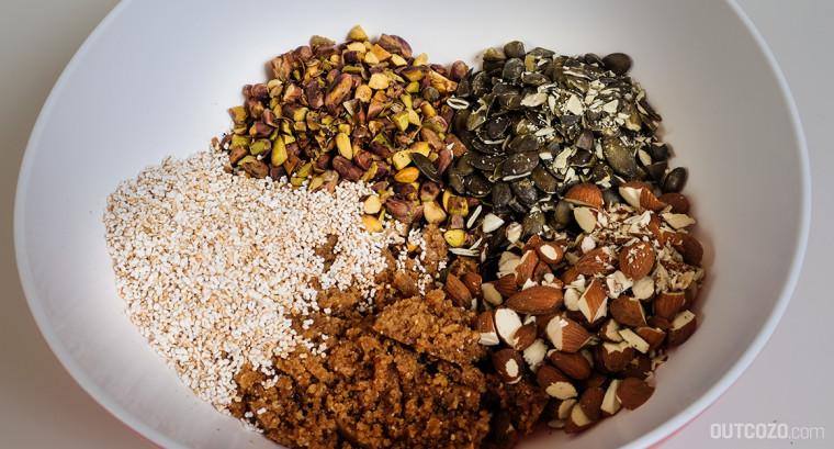 Die Zutatenmischung: gehackte Nüsse, Amaranth und die Dattel-Erdnussbutter-Tahini-Mischung
