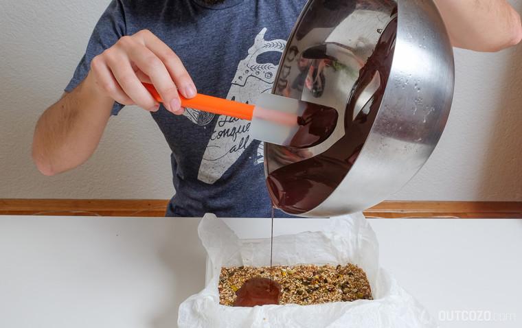 Die flüssige Schokolade wird auf die Masse gegossen
