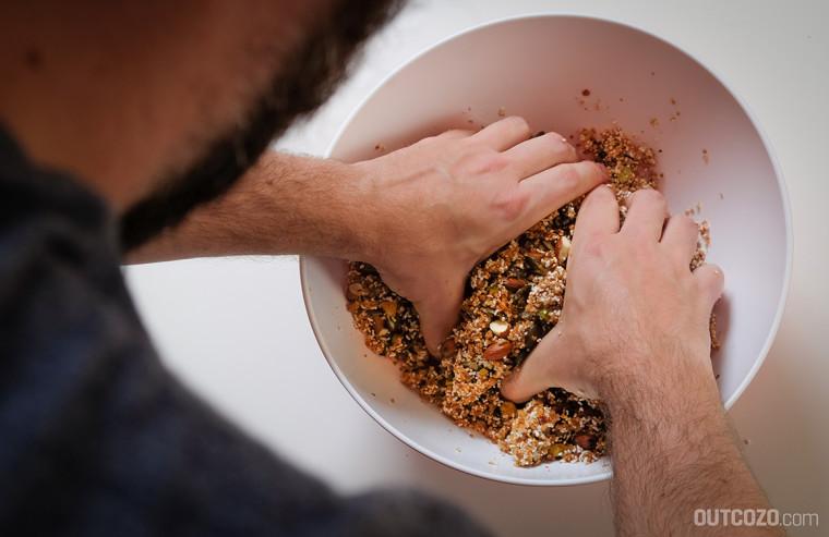 Zutaten für die Müsliriegel mit den Händen durchmischen