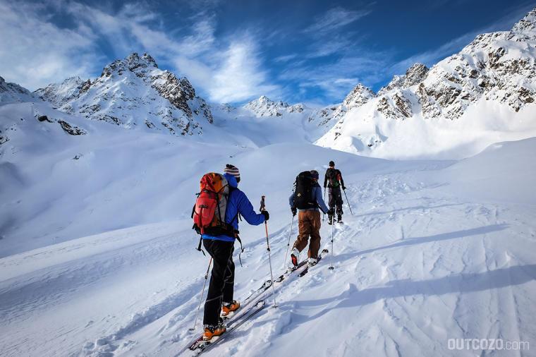 skitourer beim anstieg durch das kromertal