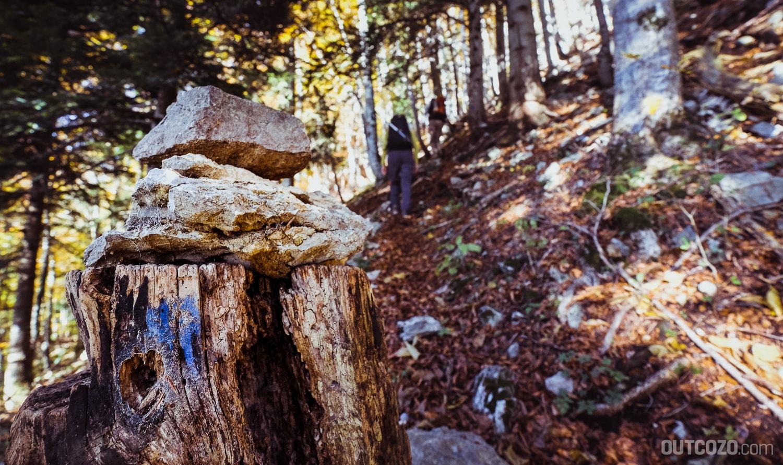 Steinmännchen mit blauer Wegmarkierung in der Kastenwand
