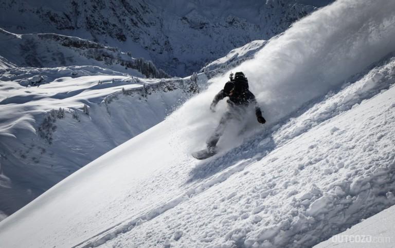 Frischer Pulverschnee mit Snowboard