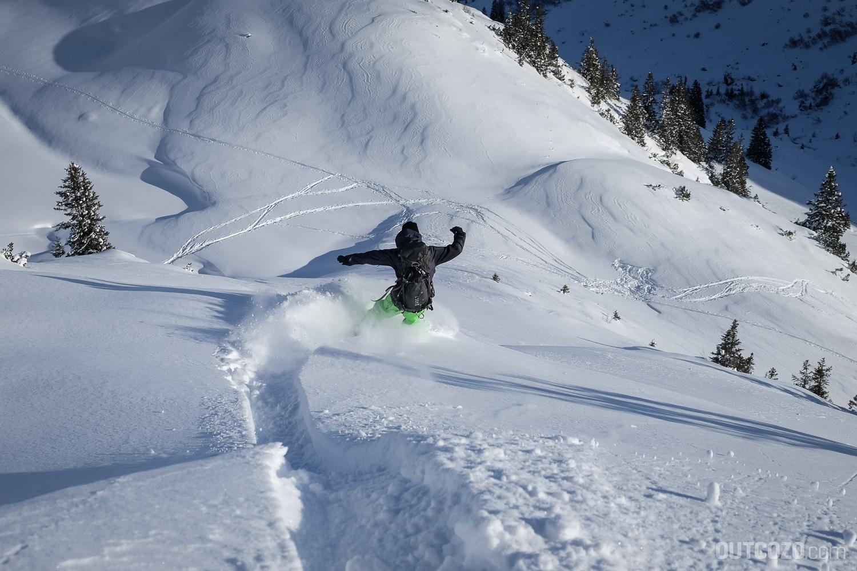 Surfturn mit Snowboard im Tiefschnee
