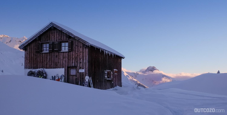Winterraum Biberacher Hütte bei Sonnenaufgang