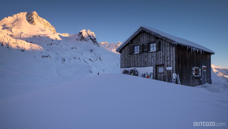 Hinter dem Winterraum der Biberacher Hütte geht die Sonne auf