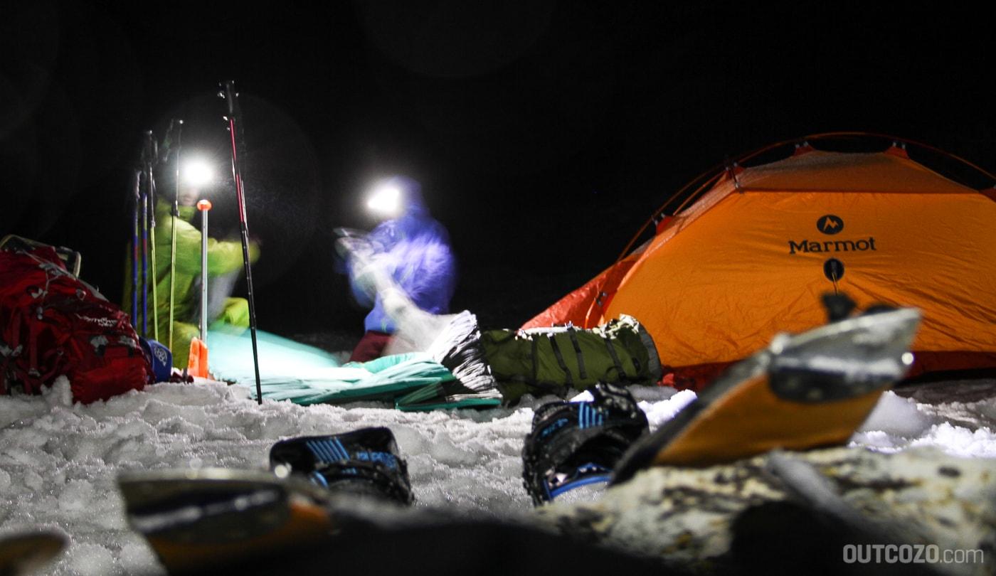 Biwak mit Zelt im Schnee
