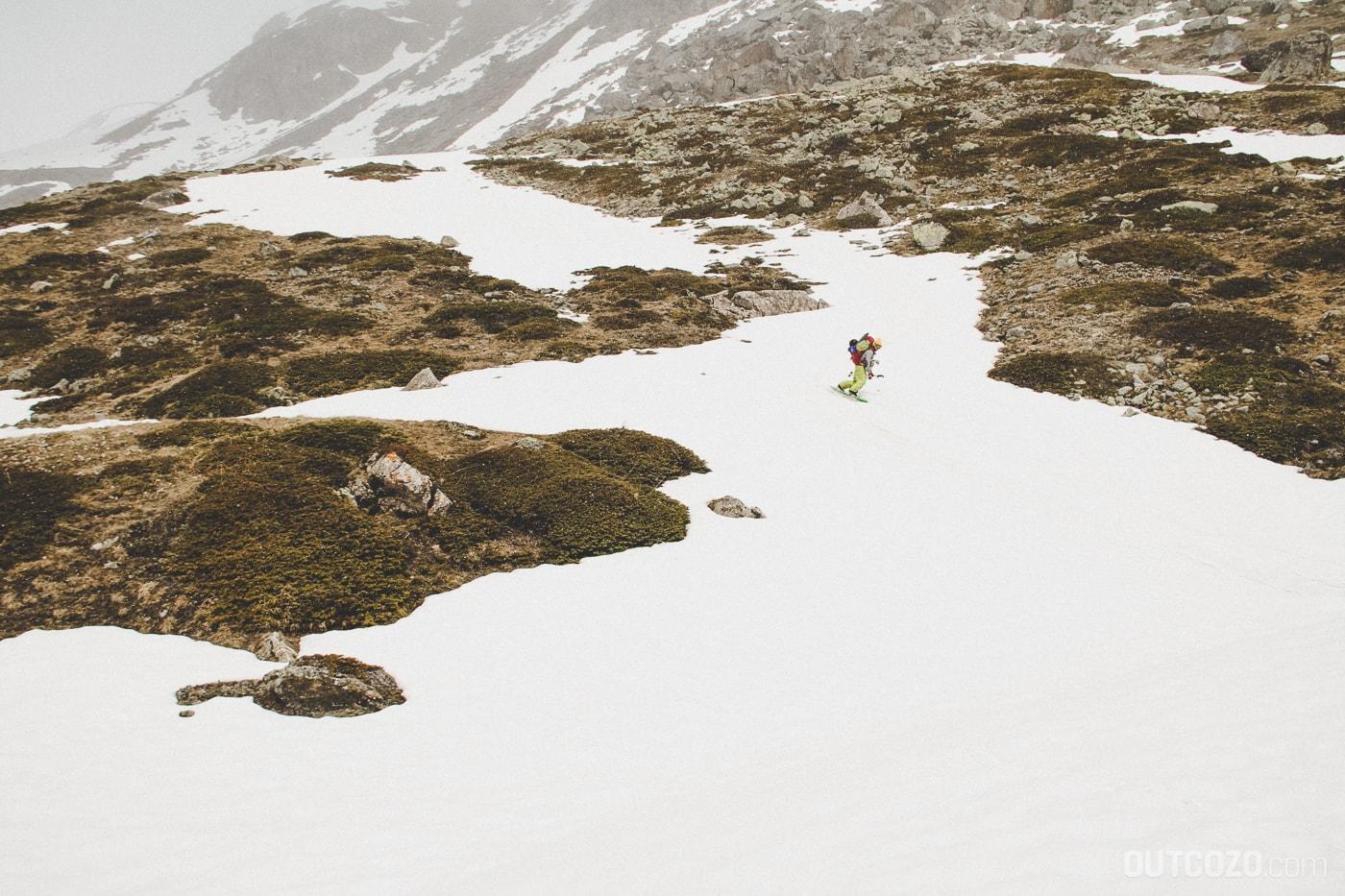Mit dem Snowboard über ein Schneeband