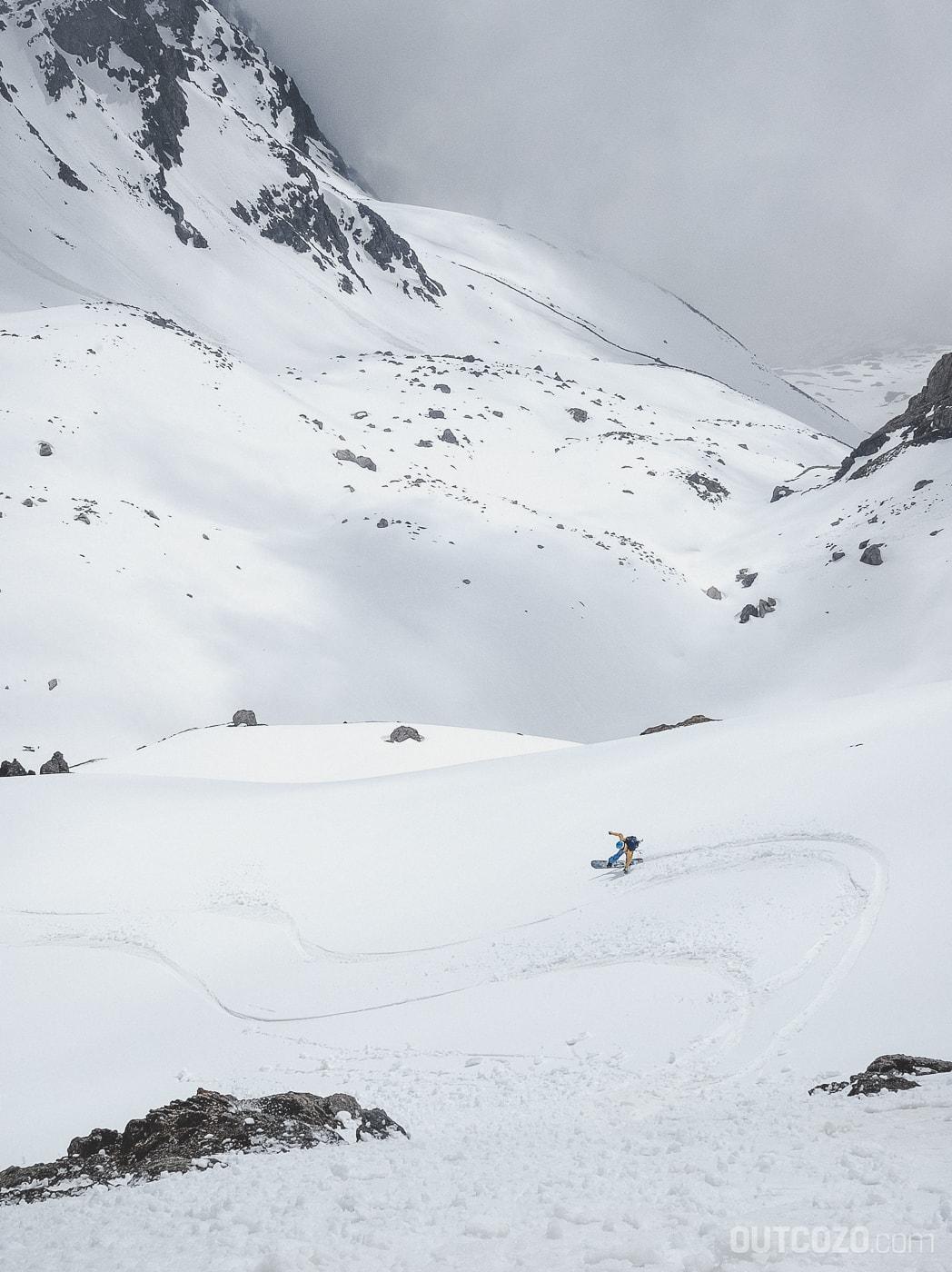 Firnabfahrt mit dem Snowboard