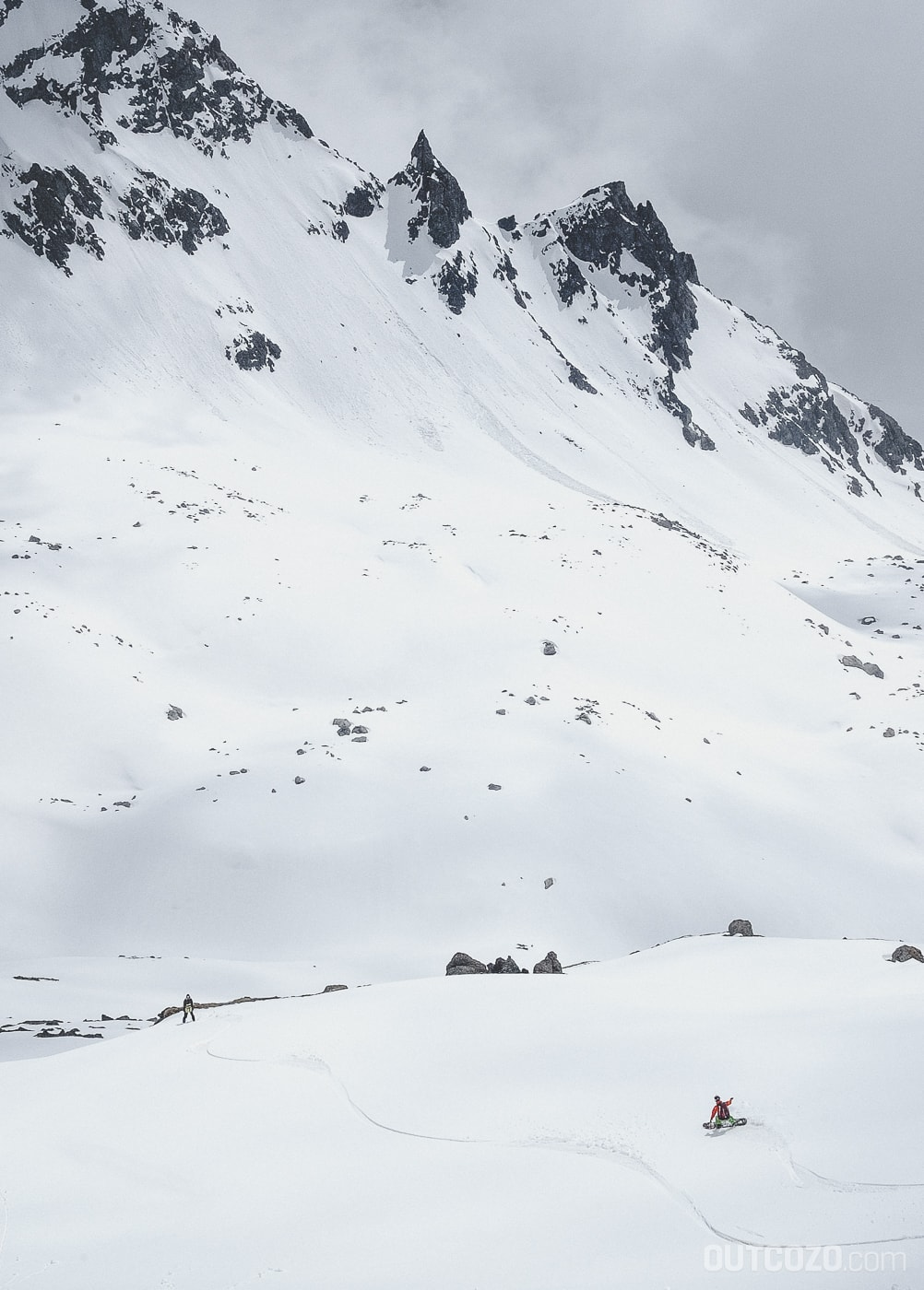 Abfahrt im Firn mit Snowboard