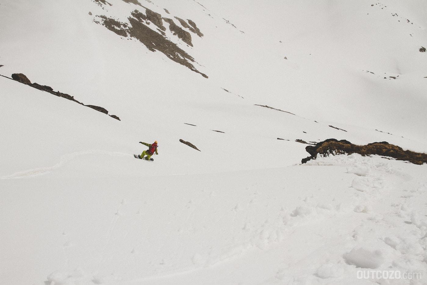 Einsamer Snowboarder im Firnhang am Julierpass