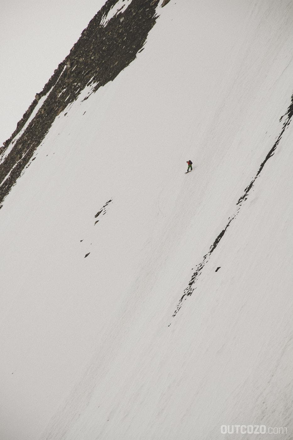 Steilabfahrt mit Snowboard