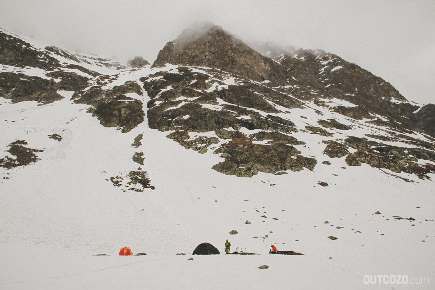 Zelten bei Nebel und Schnee