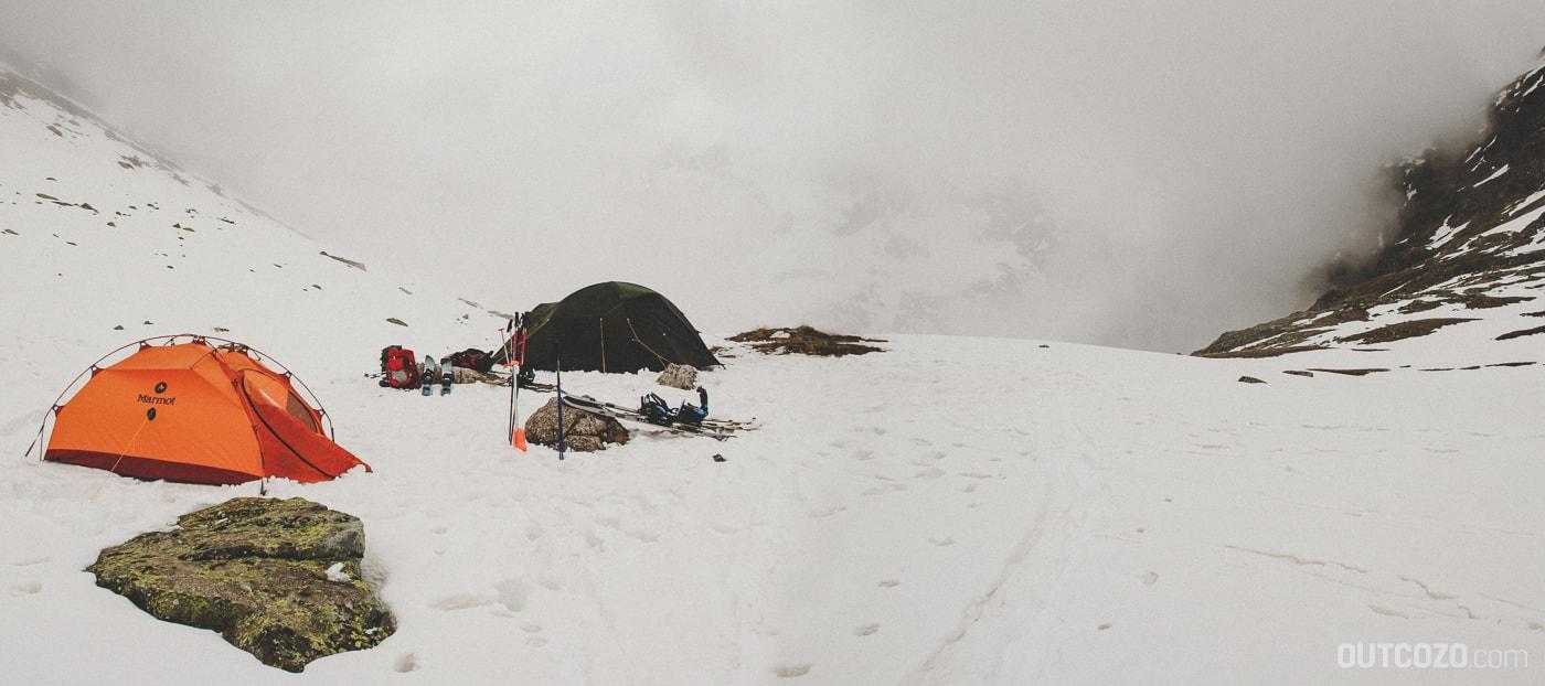 Zelte im Nebel und Schnee