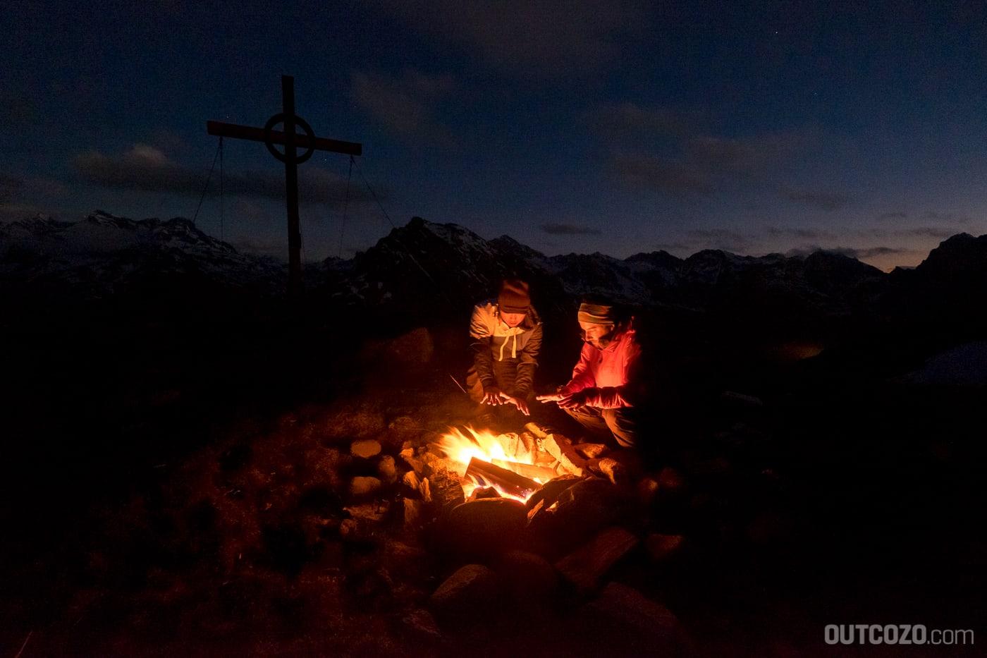 Hörgerät am Berg mit Lagerfeuer